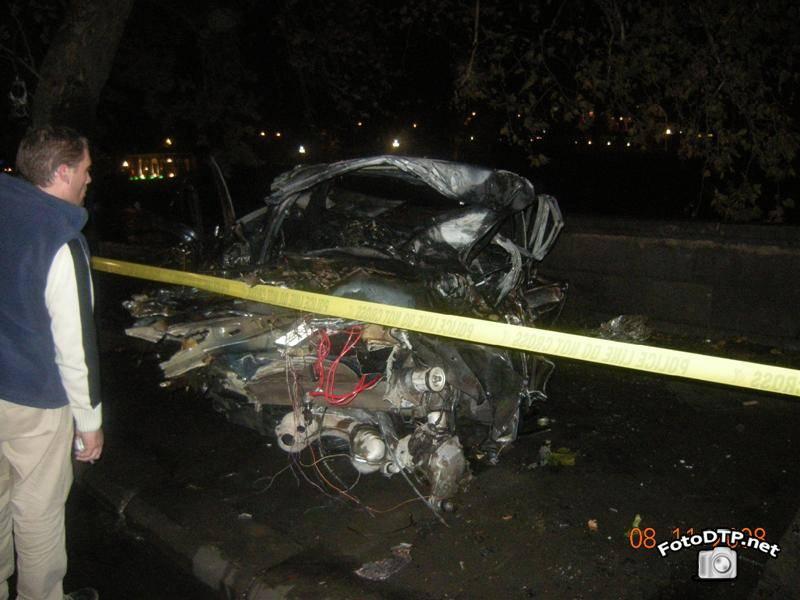 Фото ДТП - Автомобиль  BMW врезалась в бетонное ограждение...